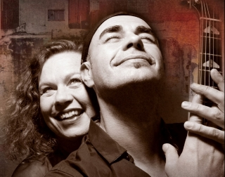 A black and white image of Sarah Jane Morris & Antonio Forcione