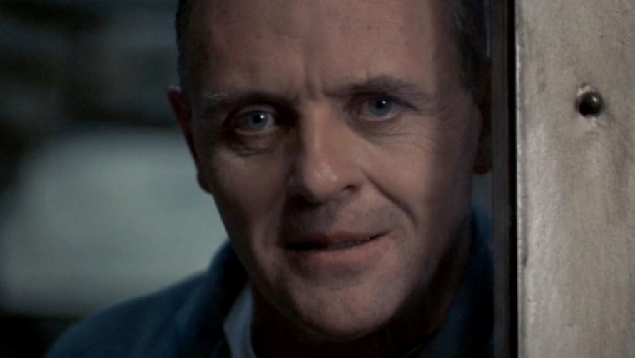 Close shot of Anthony Hopkins wearing a blue overalls in a cell